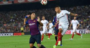 Arana cabecea ante Luis Suárez durante el Barcelona-Sevilla (Reuters)