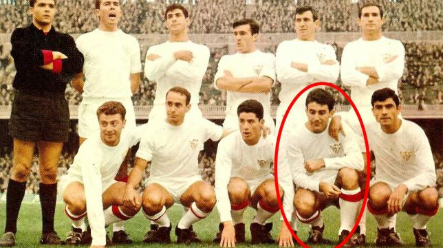 Bancalero, segundo por la derecha en la fila de abajo, en un partido con el Sevilla (Foto: SFC)