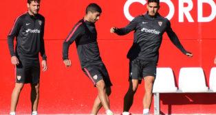 Franco Vázquez, Banega y André Silva, en el entrenamiento de ayer en la ciudad deportiva. Foto: J. J. Úbeda