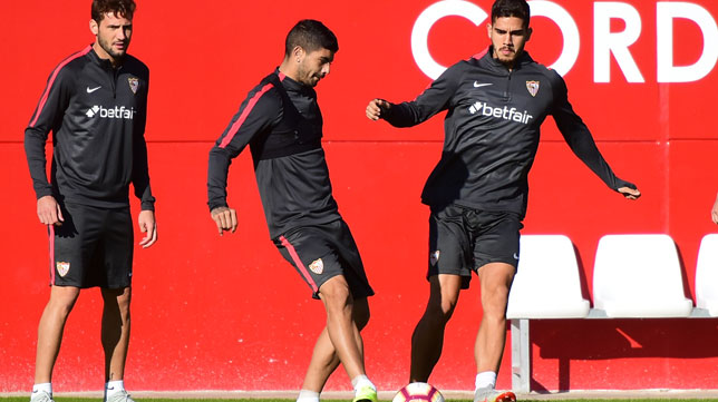 Franco Vázquez, Banega y André Silva, en un entrenamiento del Sevilla FC