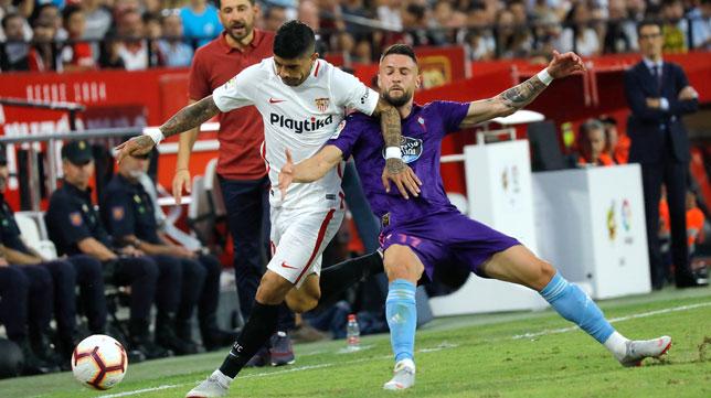 Banega conduce el balón en el Sevilla-Celta