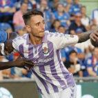 Calero intenta ganar la posición en el área en el choque del Valladolid frente al Getafe (Ramón Gómez)