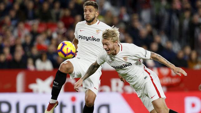Kjaer y Carriço, en una acción del Sevilla-Huesca (EFE)