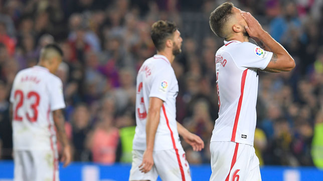 Carriço se lamenta tras encajar un gol el Sevilla en Barcelona (AFP)