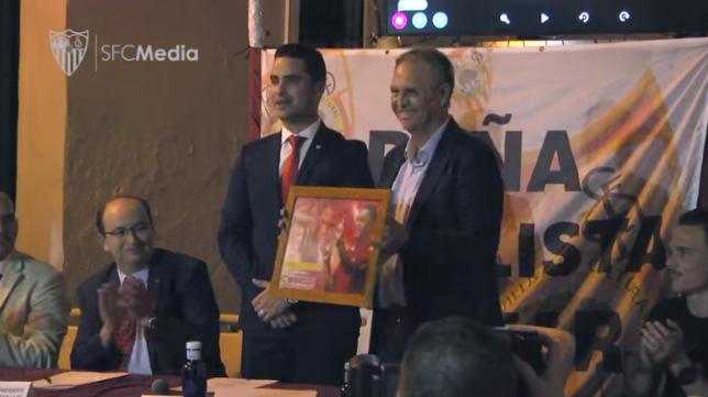 Caparrós fue homenajeado por la Peña Cultural Sevillista de Huévar (Foto: SFC)