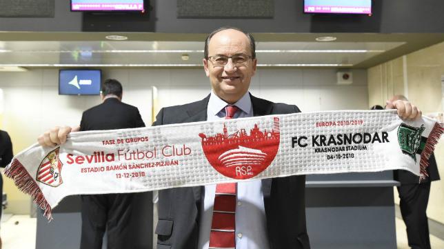 José Castro, con una bufanda conmemorativa del Krasnodar-Sevilla, durante el viaje a Rusia de la expedición nervionense (Foto: SFC)