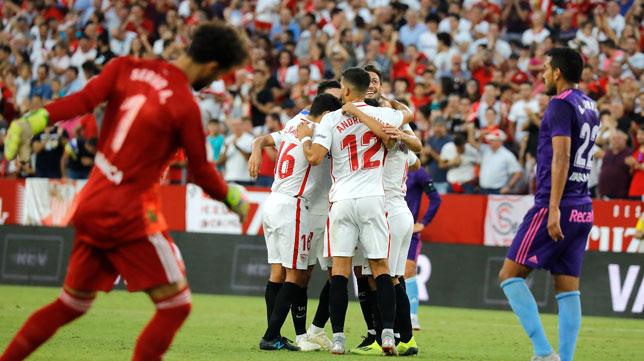 Los jugadores sevillistas celebran uno de sus goles ante el Celta (Foto: J. M. Serrano).
