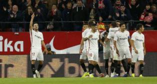 Celebración de los jugadores del Sevilla FC ante el Huesca. Foto: LaLiga