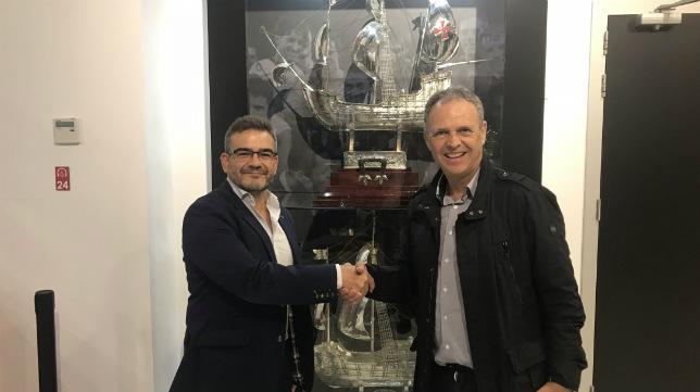 Caparrós posa con la Carabela de Plata junto al director general de Blackswan, Javier Jiménez Sacristán