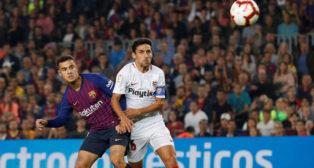 Jesús Navas trata de tapar el disparo de Coutinho que acabó en el 1-0 en el Barcelona-Sevilla (Foto: Reuters)
