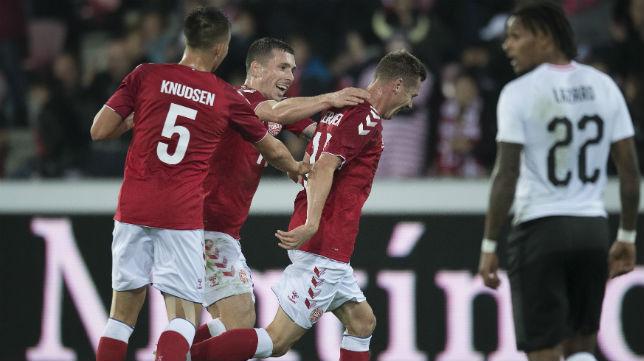 Varios jugadores de Dinamarca celebran el primer tanto anotado en el amistoso ante Austria (Foto: EFE)