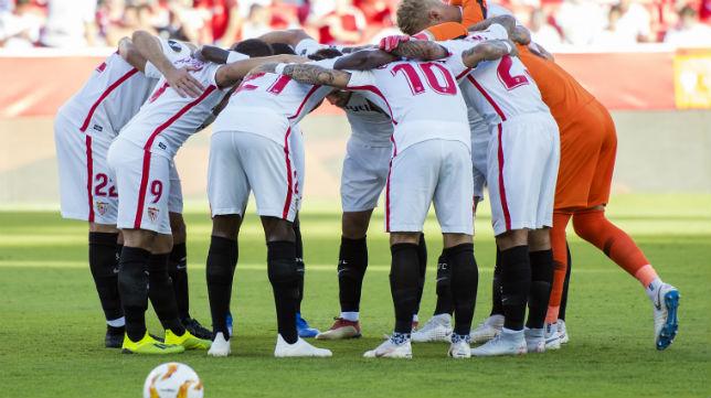 Los jugadores del Sevilla, justo antes de comenzar el primer partido de la fase de grupos de la Liga Europa, ante el Standard de Lieja