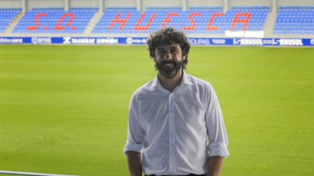 Emilio Vega posa en el estadio del Huesca, El Alcoraz (Rafael Gobantes/Heraldo de Aragón)