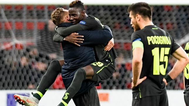 El jugador del Standard de Lieja Emond celebra su tanto al Akhisarspor