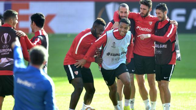 Los jugadores del Sevilla se ejercitaron en la víspera del choque ante el Akhisarspor bajo un buen ambiente (Juan José Úbeda)