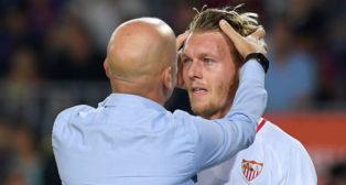 Kjaer es atendido durante el Barcelona-Sevilla (AFP)
