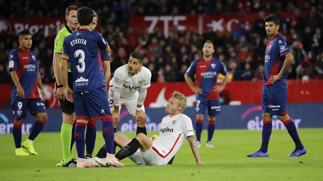 Kjaer, sentado en el suelo tras lesionarse en el Sevilla FC -Huesca (Raúl Doblado)