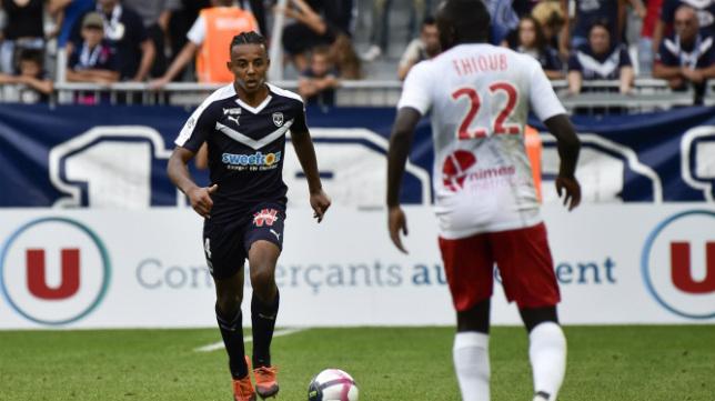 Jules Koundé, en un choque con el Girondins