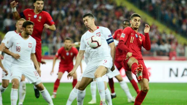 Lewandowski y André Silva pugnan por un balón en el Polonia-Portugal disputado este jueves (REUTERS)