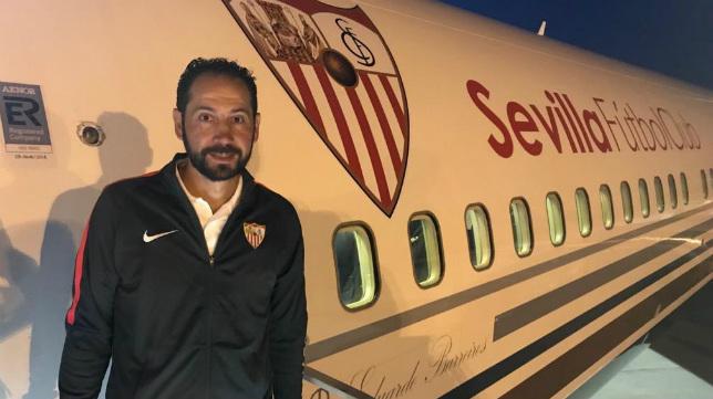 Pablo Machín, junto al avión del Sevilla