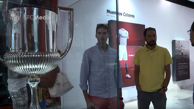 Machín (d) contempla uno de los títulos de la Copa del Rey del Sevilla FC