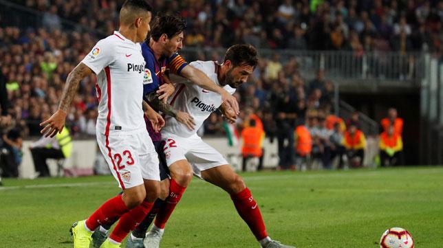 Franco Vázquez y Arana intentan frenar a Messi durante el Barcelona-Sevilla (Reuters)