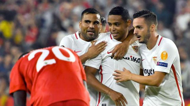 Mercado y Sarabia celebran el gol de Muriel en el Sevilla-Akhisar