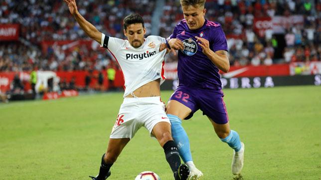 Jesús Navas pugna con Dennis (Foto: J. M. Serrano).