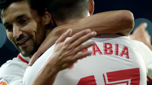 Navas abraza a Sarabia tras uno de los goles del madrileño al Huesca (AFP)