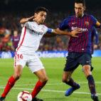 Navas intenta zafarse de Busquets durante el Barcelona-Sevilla (EFE)