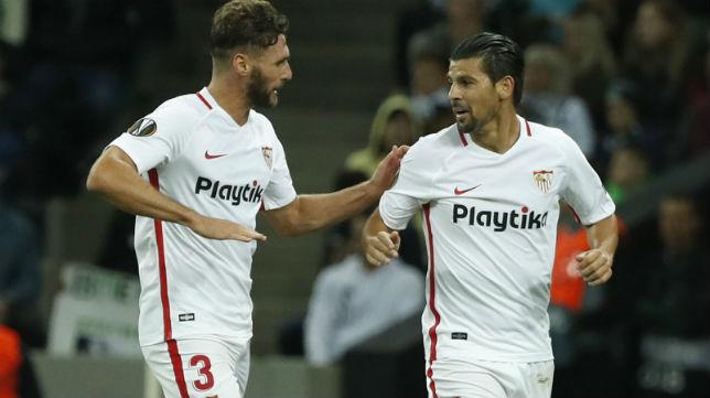Nolito es felicitado por Sergi Gómez tras marcar ante el Krasnodar (Foto: AFP)