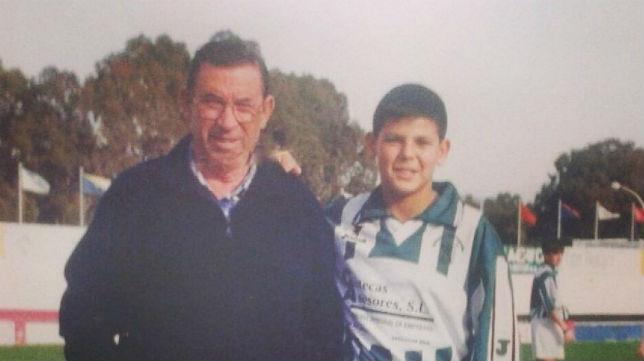Nolito, cuando jugaba en el Atlético Sanluqueño, junto a su abuelo