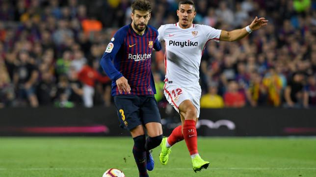 Piqué conduce el balón ante André Silva en el Barça-Sevilla (AFP)