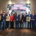 Los galardonados con el Blázquez y el Ruesga Bono posaron en el antepalco del Sánchez-Pizjuán (Foto: Vanessa Gómez)