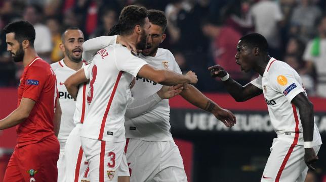 Promes celebra junto a sus compañeros uno de los goles al Akhisar (Juan José Úbeda)