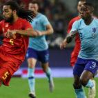 Promes persigue el balón ante Jason Denayer en el amistoso disputado con Holanda en Bélgica (Foto: EFE)