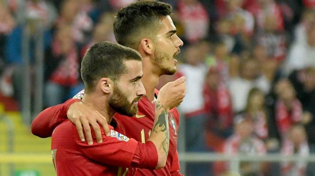Rafa Silva y André Silva celebran uno de los goles de Portugal a Polonia (AFP)