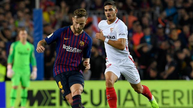 Rakitic dispara ante la presencia de André Silva en el Barça-Sevilla (AFP)
