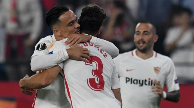 Roque Mesa celebra con Sergi Gómez su gol al Akhisar (Juan José Úbeda)