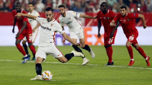 Sarabia lanza el penalti que supuso el 2-0 en el Sevilla-Akhisar (EFE)