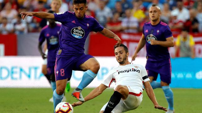 Sarabia intenta recuperar el balón durante el Sevilla-Celta