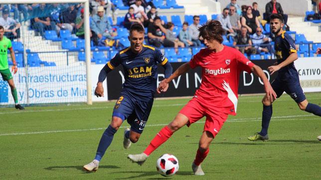 Bryan Gil controla un balón ante un rival durante el UCAM-Sevilla Atlético (Foto: UCAM).