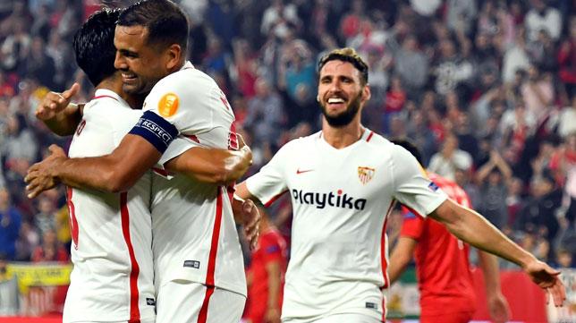 Sergi Gómez acude a felicitar a Mercado en el Sevilla-Akhisar (EFE)