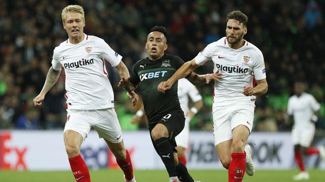 Kjaer y Sergi Gómez, en el Krasnodar-Sevilla (EFE)