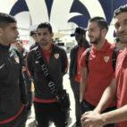 Varios jugadores del Sevilla, en el aeropuerto de San Pablo, antes de poner rumbo a Krasnodar (Foto: SFC)