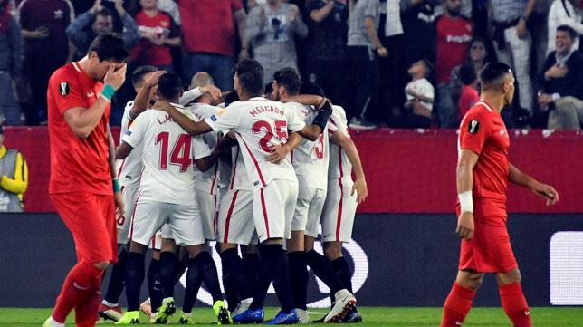 Los jugadores del Sevilla FC celebran el 1-0 ante el Akhisar (EFE)