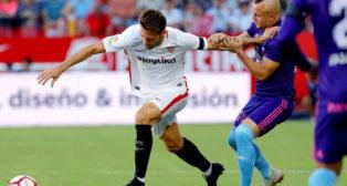 Franco Vázquez intenta progresar con el balón durante el Sevilla-Celta