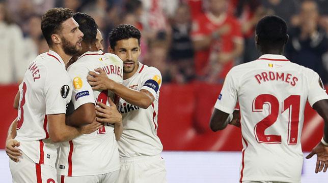 Los jugadores del Sevilla celebran uno de los goles ante el Akhisar (EFE)