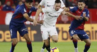 Sarabia conduce el balón durante el Sevilla-Huesca (EFE)