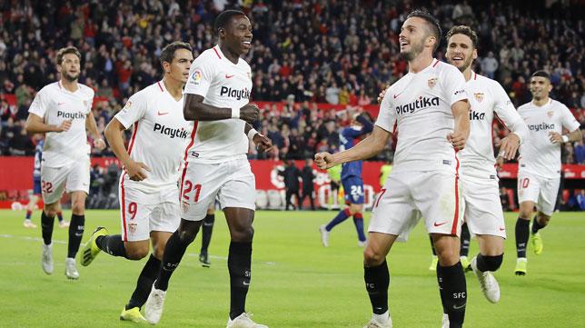 Sarabia celebra uno de sus goles en el Sevilla-Huesca (EFE)